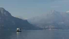Плавание парома через озеро горы озеро Италии como стоковая фотография rf