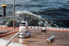 Плавание смычка шлюпки в голубом Средиземном море в летних каникулах Стоковое фото RF