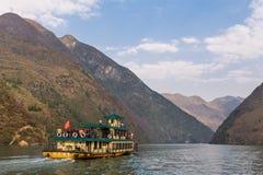 Плавание туристской шлюпки вдоль сценарного Three Gorges в Китае Стоковое Изображение