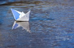 Плавание шлюпки белой бумаги Стоковое фото RF