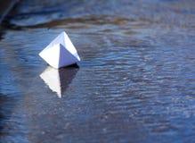 Плавание шлюпки белой бумаги Стоковое Изображение
