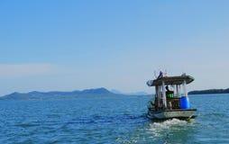 Плавание шлюпки в море Стоковое Изображение RF