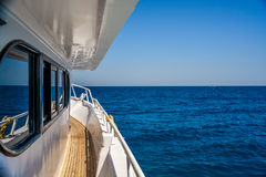 Плавание шлюпки на океане стоковые изображения rf