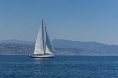 Плавание яхты на воде океана Стоковые Изображения RF
