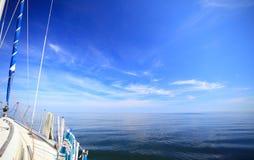 Плавание яхты парусника в голубом море. Туризм Стоковая Фотография RF