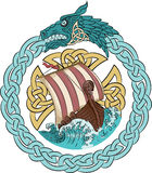 Плавание Drakkar на бурном море в рамке скандинавского венка с dragon& x27; голова s Стоковое Изображение