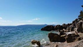 Плавание Rowboat на Средиземном море на летний день видеоматериал