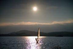 Плавание Windsurfer в ветерок сняло с нежным фильтром Сильное солнце делает отражения Стоковые Изображения