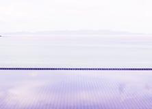 Плавательный бассеин с взглядом моря Стоковое Изображение