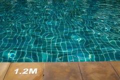 Плавательный бассеин с солнечный отражениями стоковая фотография