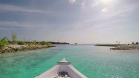 Плавать в ветре через волны во время съемки парусника акции видеоматериалы