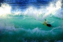 Плавать в прибое и волнах океана Стоковые Фото