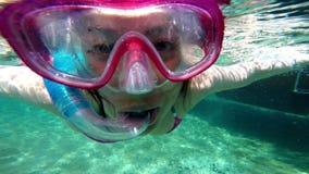 Плавать в тропической воде акции видеоматериалы
