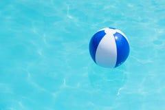 Плавать голубое и белое beachball в бассейне Стоковые Фото