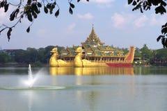 Плавать королевский barge внутри Янгон, Мьянма стоковые изображения