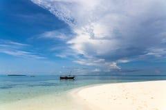 Плавать к песчаному пляжу Стоковое фото RF
