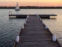 Плавать на заходе солнца Стоковые Изображения RF