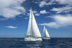 Плавать на Эгейском море в Греции Строки роскошных яхт на доке Марины Стоковое Изображение RF