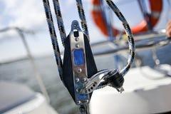 Плавать оборудование такелажирования яхты: главный крупный план блока путешественника листа Стоковое фото RF