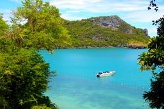 Плавать около красивых берегов океана Стоковое Фото