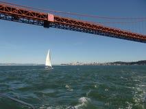 Плавать под мостом золотого строба Стоковая Фотография