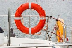 Плавающ на яхте, оранжевое lifebuoy на паруснике Стоковые Фотографии RF
