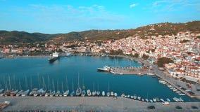 Плавающ яхты поставленные на якорь в порте острова Skopelos в Греции сток-видео