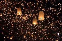 Плавая азиатские фонарики в Чиангмае Таиланде Стоковая Фотография