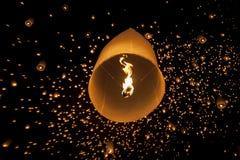 Плавая азиатские фонарики в Чиангмае Таиланде Стоковое Изображение RF