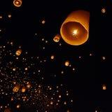 Плавая бумажный фонарик в ночном небе Стоковая Фотография