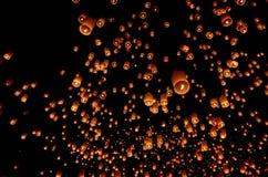 Плавая бумажный фонарик в ночном небе Стоковые Фотографии RF