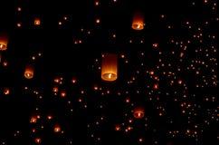 Плавая бумажный фонарик в ночном небе Стоковые Изображения