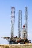 Плавая буровая установка оффшорная продукция нефти и газ, состыкованная в порте Стоковые Изображения RF