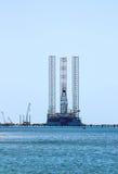 Плавая буровая установка оффшорная продукция нефти и газ, состыкованная в порте Стоковое Изображение RF