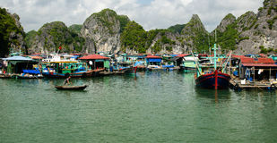 Плавая деревня, залив Ha длинный стоковые изображения rf