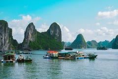 Плавая деревня, круиз шлюпки, залив Halong, Вьетнам Стоковое Фото