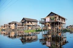 Плавая дома в деревне в озере Inle, Мьянме Стоковые Фотографии RF