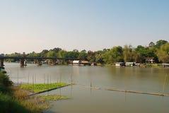 Плавая дома вдоль берега реки Стоковое Фото