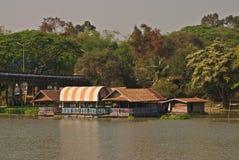 Плавая дома вдоль берега реки Стоковая Фотография RF