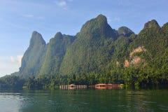 Плавая дома на озере Lan Cheow стоковое изображение rf