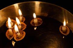 Плавая освещенные свечи в ореховых скорлупах Стоковые Изображения