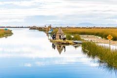 Плавая острова на озере Titicaca, Южной Америке, расположенной на границе Перу и Боливии. Она сидит 3.812 m выше уровень моря стоковое изображение rf