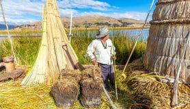 Плавая острова на озере Titicaca Puno, Перу, Южной Америке, покрыванной соломой домой Плотный корень который засаживает Khili Стоковые Фотографии RF