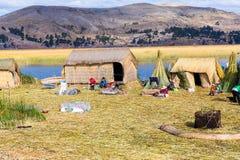 Плавая острова на озере Titicaca Puno, Перу, Южной Америке, покрыванной соломой домой Плотный корень тот заводы Khili стоковые изображения rf