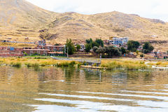 Плавая острова на озере Titicaca Puno, Перу, Южной Америке, покрыванной соломой домой Плотный корень тот заводы Khili стоковые фотографии rf
