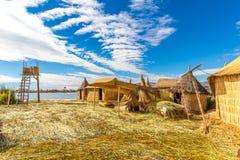Плавая острова на озере Titicaca Puno, Перу, Южной Америке. Плотный корень который засаживает Khili вплетает слой формы естественн стоковые изображения
