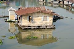 Плавая плавучий дом на реке Sakakrung в Таиланде Стоковое Изображение