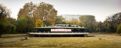 Плавая ресторан над сухим озером Стоковое фото RF