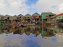 Плавая рыбацкий поселок в Камбоджа стоковые изображения rf