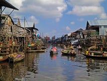 Плавая рыбацкий поселок в Камбоджа стоковая фотография rf